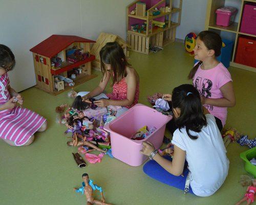Mit Puppen spielen